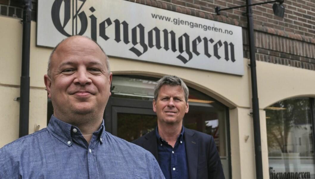 Styreleder Øystein Hjørnevik (bak) har formelt ansatt Audun Bårdseth som ansvarlig redaktør i Gjengangeren. Foto: Ellen Johannessen, Gjengangeren