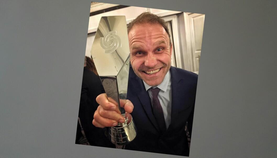 VGs Espen Rasmussen mottok prisen i London torsdag kveld. Foto: Gisle Oddstad, VG.