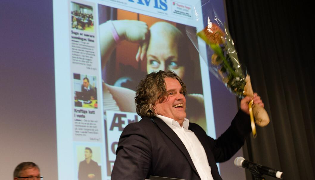 Redaktør Jan Inge Fardal mottar hovedprisen på landsmøtet til Landslaget for lokalaviser. Foto: LLA.