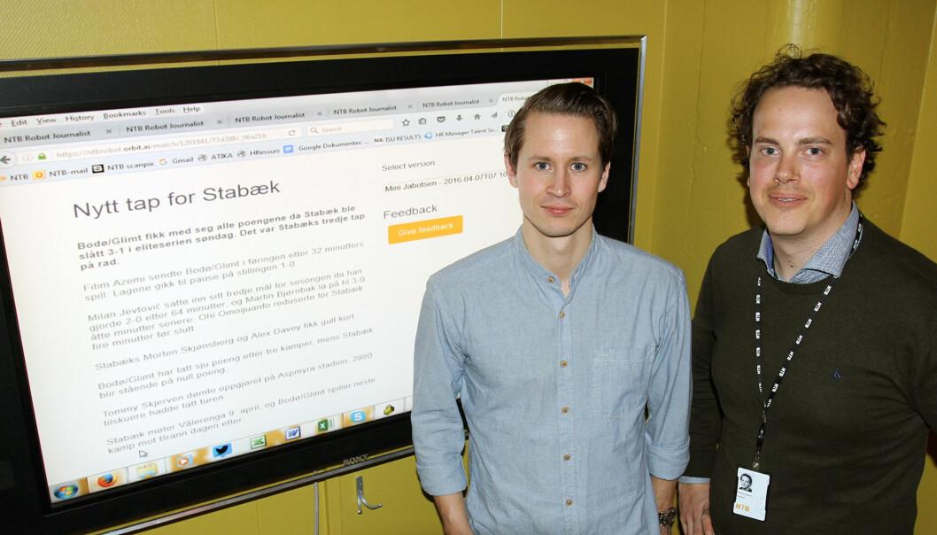 NTBs sportsjournalist Lars Eide (til venstre) og daværende sportsredaktør Magnus Aabech utviklet fotballroboten. Her med et utkast før lansering på skjermen . Arkivfoto: Glenn Slydal Johansen