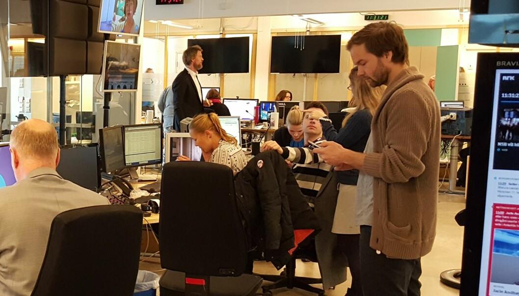 Både unge og eldre NRK-medarbeidere skal sikres tilstrekkelig kompetanse, lover NRK-ledelsen. Illustrasjonsfoto fra Dagsrevy-desken: Bjørn Åge Mossin