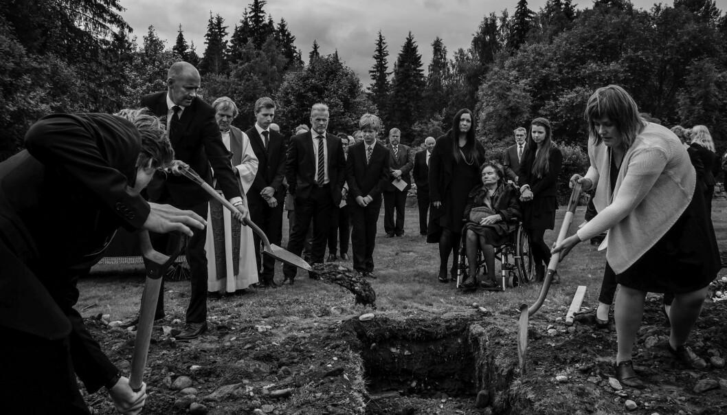 16.Juli kl 14.15 ble min far gravlagt i Øyer i Gudbrandsdalen, skriver Aftenpostens Stein Jarle Bjørge som har fotografert fra sin egen fars begravelse.