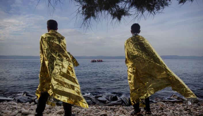 Espen Rasmussen vant Årets bilde i 2016, for dette bildet av to flyktninger som har ankommet Lesbos, og ser nye gummibåter med flyktninger ankomme. Foto: Espen Rasmussen