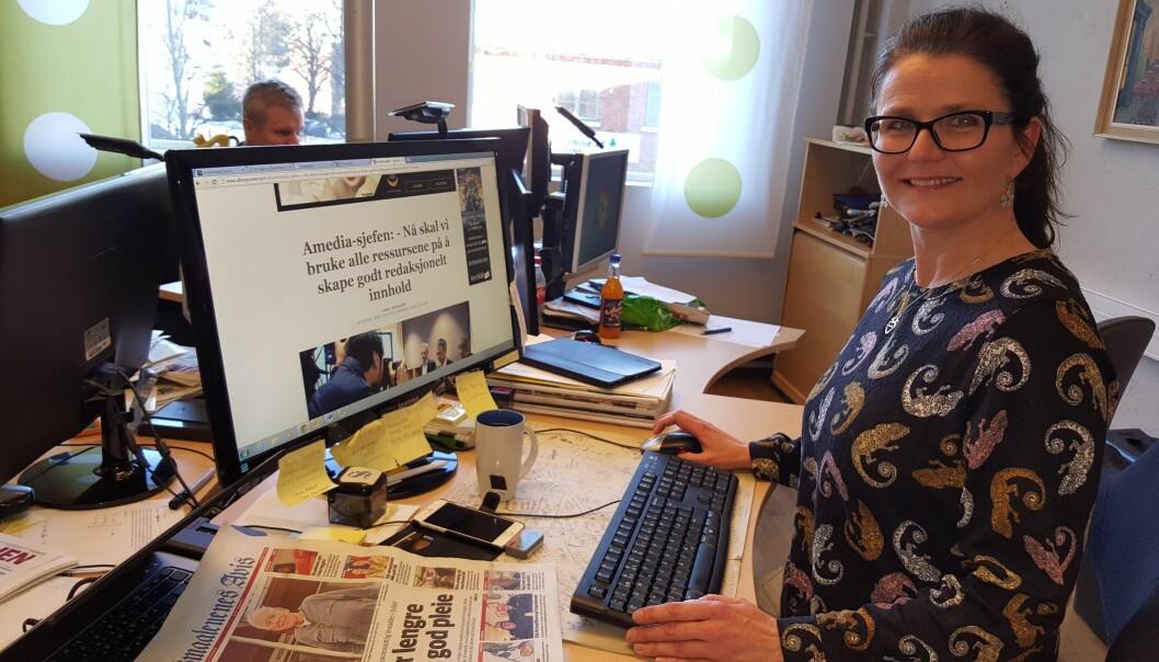 Nyhetsredaktør Anne Sterri Harestad kommer ikke til å glemme konsernsjef Are Stokstads uttalelse mandag, om å satse alle ressurser på godt innhold. I bakgrunnen vaktsjef Stian Berg. Foto: Bjørn Åge Mossin
