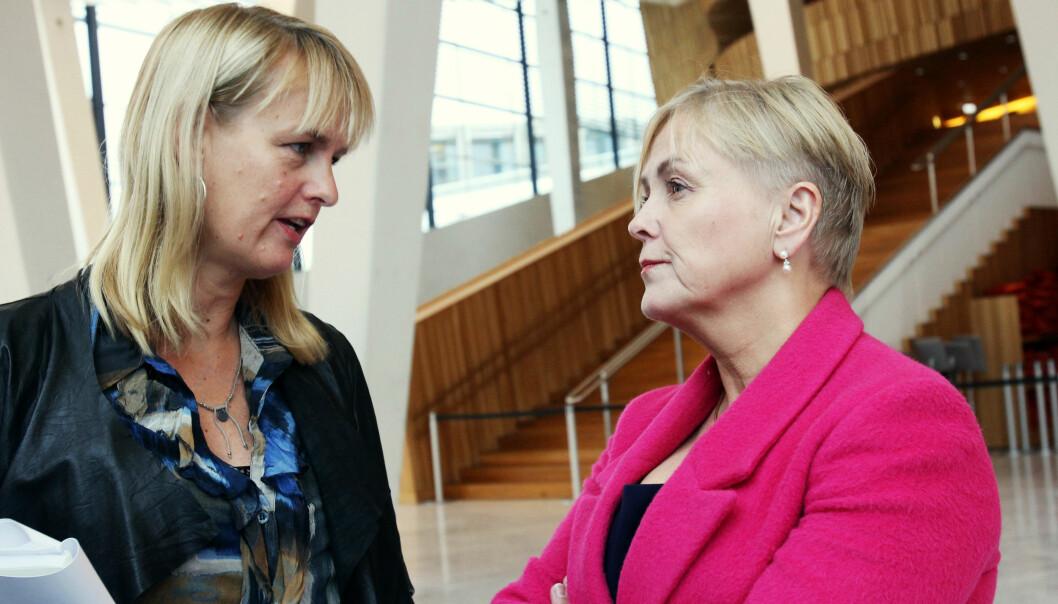 Kulturminister Thorhild Widvey - her til høyre med administrerende direktør Randi Øgrey i Mediebedriftenes Landsforening - er ikke innstilt på å endre den foreslåtte momsavgrensningen. Foto: Birgit Dannenberg