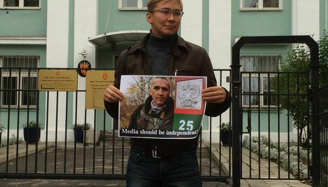 """Blogger 51"", Aleksander Serebrijannikov,foran det norske konsulatet iMurmansk.Foto: Sett Nordfra/www.settnordfra.no"