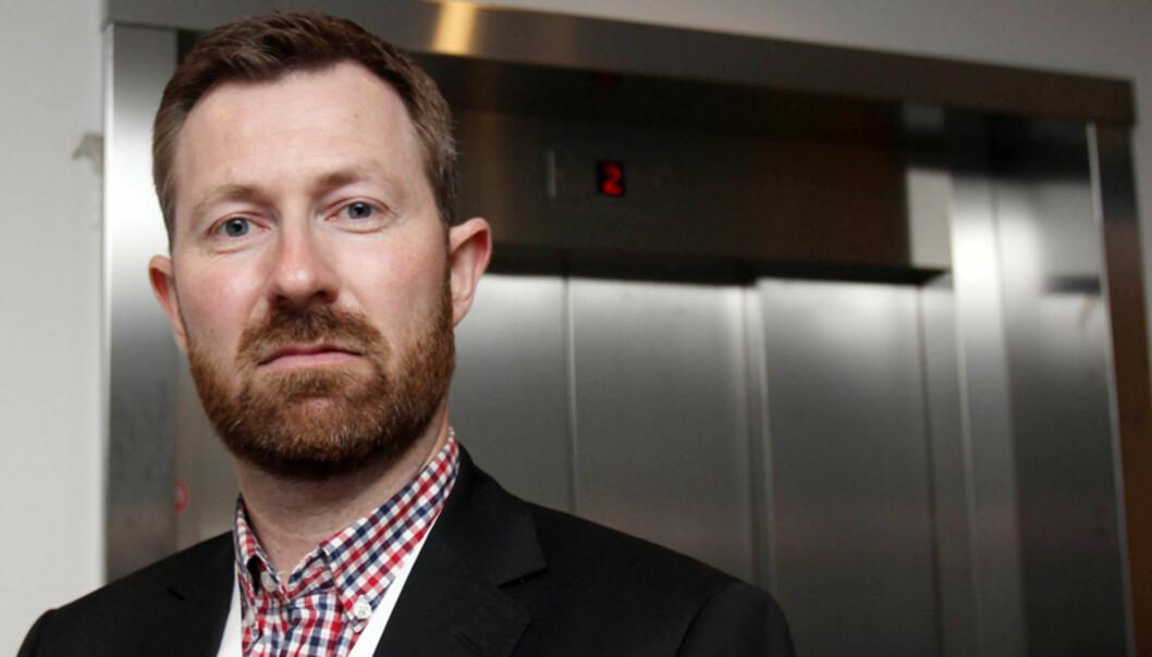 Anders Nyland samler inn penger til Redd Barna på vegne av sine ansatte og Bergensavisen. Foto: Birgit Dannenberg