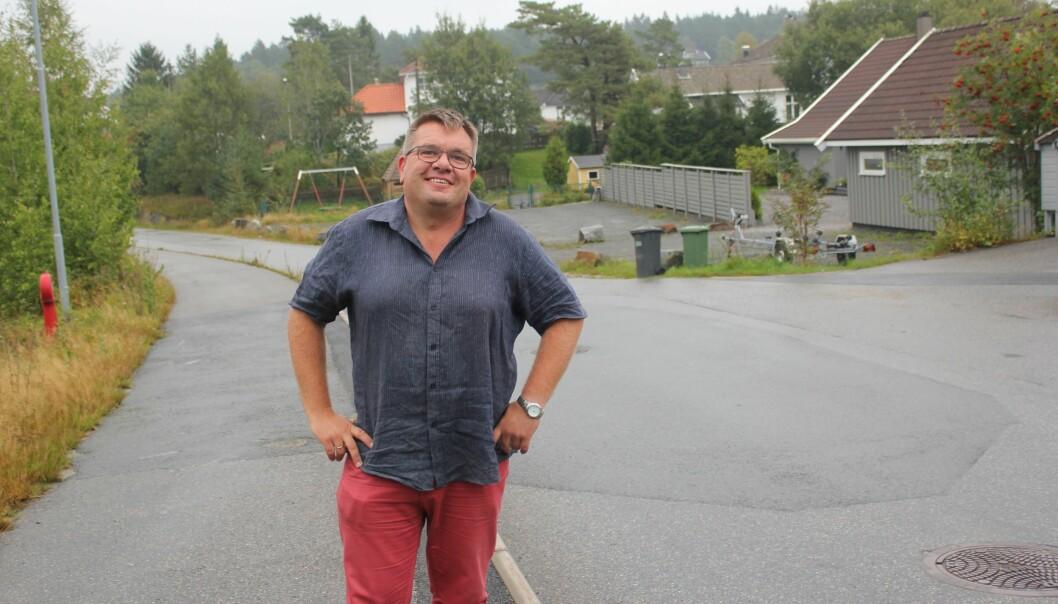 Arnt Georg Arntzen i sitt hjemmemiljø, som han skriver om som redaktør i superlokale Høvågavisa. Han er også eier og daglig leder. Foto: Kari Lise Svaleng