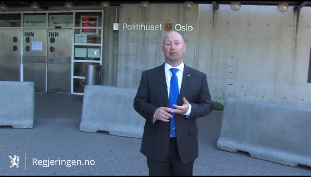 Justis- og beredskapsminister Anders Anundsen fra åpningen av den mye omtalte promovideoen. Foto: regjeringen