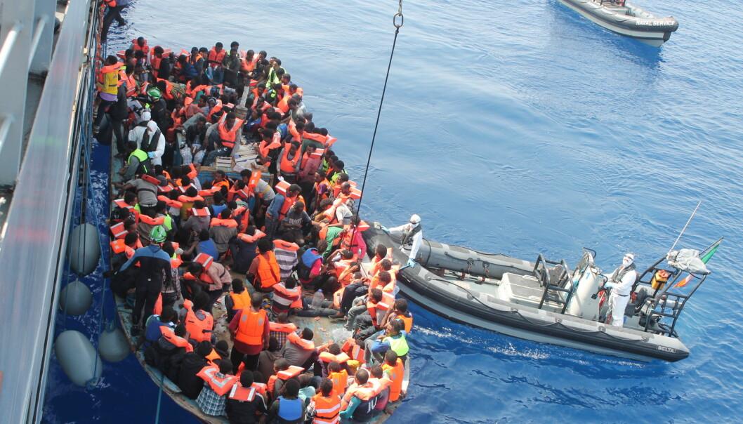 En irsk båt tar imot det som av fotografen omtales som migranter Middelhavet i juni 2015. Foto: Tomh903/Wikimedia