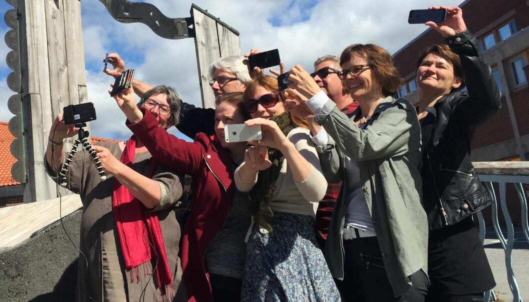 Journalistutdanningen i Bodø lærer seg mobiljournalistikk. Fra venstre: Hege Lamark, Bengt Engan, Anette Hanssen (Høgskolen i Nessna), Anki Gerhardsen, Jan Erik Andreassen, Lisbeth Morlandstø, Birgit Røe Mathisen. Foto: Jon Terje Hellgren Hansen