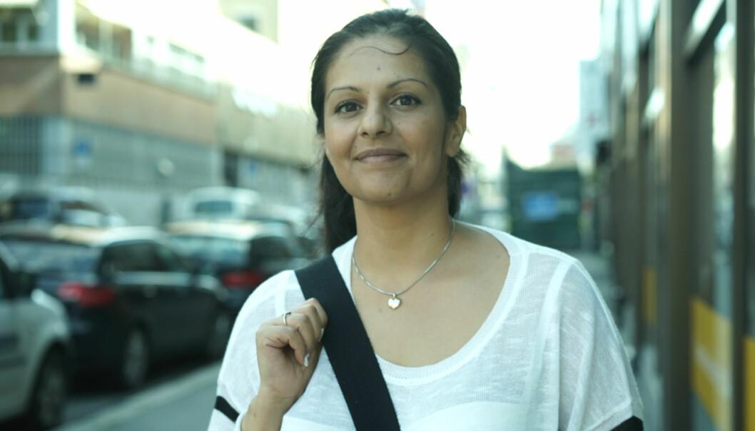 Norsk-pakistanske Jeanette ble tvangsgiftet, voldtatt og drapstruet. I dag møtte hun styret i Norsk pressefobund før en privat samtale med Arbeiderpartiets nestleder Hadia Tajik. Foto: Helge Øgrim