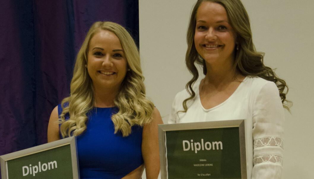 Journaliststudentene Karianne Hinlo (til venstre) og Madeleine Liereng er hedret for sitt journalistiske prosjekt. Foto: Liv Iren Hognestad