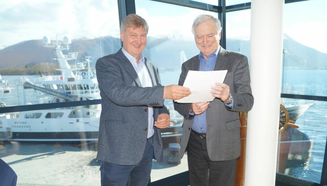 Kjetil Haanes og Per Sævik med avtalen som gjør at de kan intensivere satsingen i Bakkar og Berg Media AS.