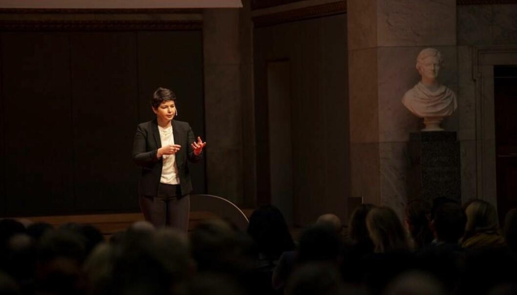 Maria Amelie satser blant annet på forfatterskap og forelesninger i tiden fremover. Her under en TED-forelesning i januar. Foto: Alex Asensi/TedxOslo