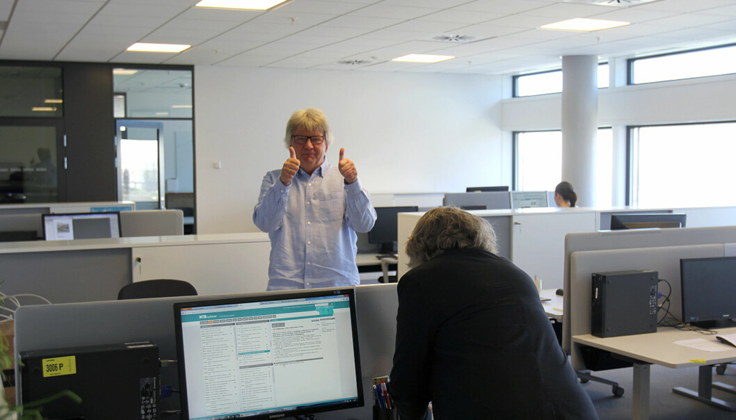 Dagblad-kommentator Tom Stalsberg gir tommel opp for den nye plasseringen. Foto: Glenn Slydal Johansen