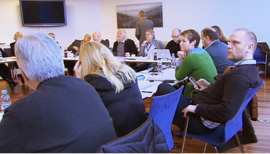 Per Edgar Kokkvold (i midten bak) ønsker fortsatt et K-råd med tunge innslag av politikere. Til høyre nærmest Frank Rossavik. Foto: Skjermdump fra NRKs streaming fra møtet 5. mars i år