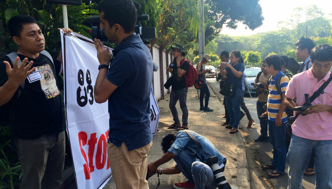 """""""Stop attacks on media"""" var parolen utenfor konferansehotellet i Myanmar i helgen. Foto: Reidun Kjelling Nybø"""