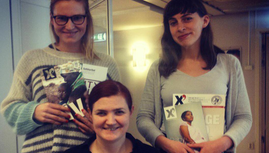 Påtroppende redaktører Kjersti Kanestrøm Lie (bak, til venstre) og Elida Høeg. Avtroppende redaktør Maren Sæbø foran. Foto: privat