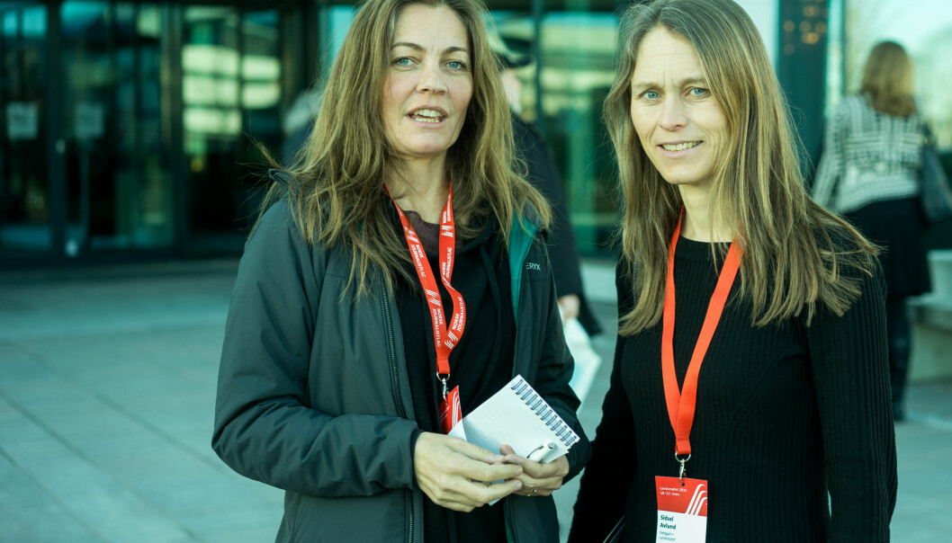 NRKJ-leder Sidsel Avlund (t.h.) og NJ-klubbleder Annette Hobson advarer NRK-ledelsen mot å kutte i gravejournalistikken. Foto: Helge Øgrim