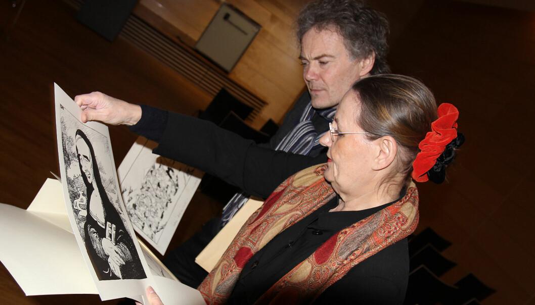 Tidligere VG-redaktør Nina Gram og Arthur Tennøe fra Nasjonalbiblioteket studerer noen tegninger av Pedro i Grams private eie. Foto: Glenn Slydal Johansen