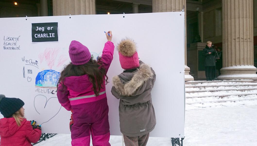 Barn tegner på vegger som var satt ut mens kulturminister Thorhild Widvey holdt sin appell på Universitetsplassen søndag. Foto: Glenn Slydal Johansen