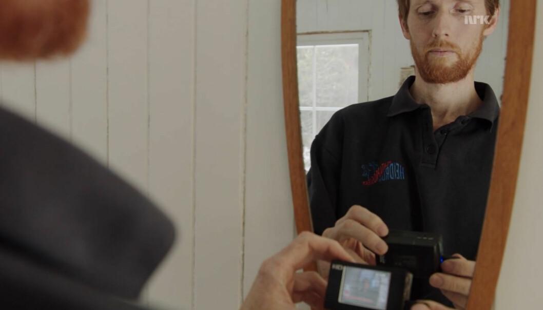 Frank Nervik tester skjult kamera. Foto: Frank Nervik/Piraya/NRK/