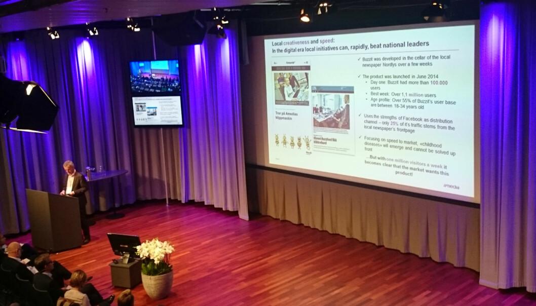 Konsernsjef Are Stokstad viste fram medieklippene «Tror på Amedias klippmaskin» og «Klonet Buzzfeed fikk klikkrekord» på digitalkonferanse. Foto: Glenn Slydal Johansen