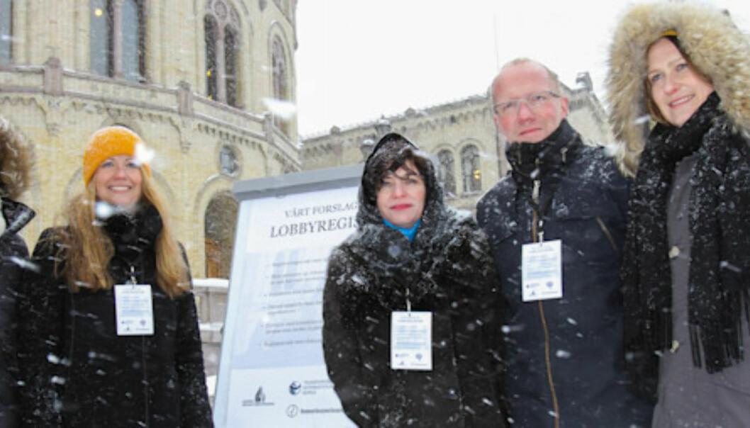 Aksjonerer i snøværet for lobbyregister.  Fra venstre Guro Slettemark (Transparancy),Therese Manus (Kommunikasjonsforeningen) Kjersti Løken Stavrum (NP), Arne Jensen (NR) og Kristine Foss (NP) Foto: Kathrine Geard