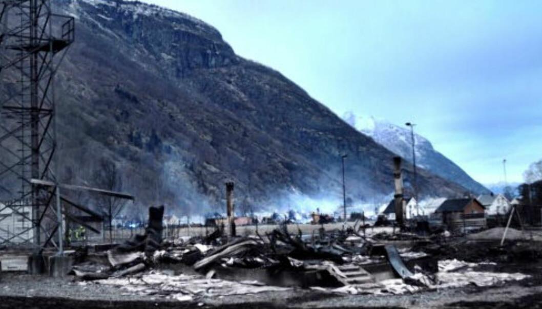 Telenors telesentral, som også ble flammenes bytte i storbrannen i Lærdal natt til søndag. (Foto: Hove Media)