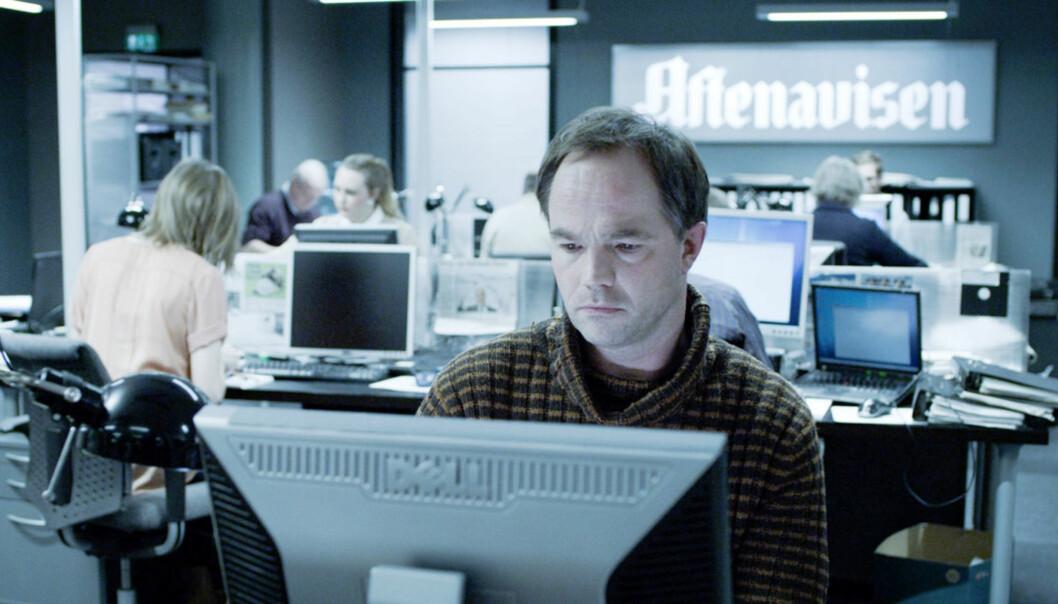 Skuespiller Jon Øigarden spiller journalisten Peter, som får et anonymt tips om en finansskandale. Foto: NRK