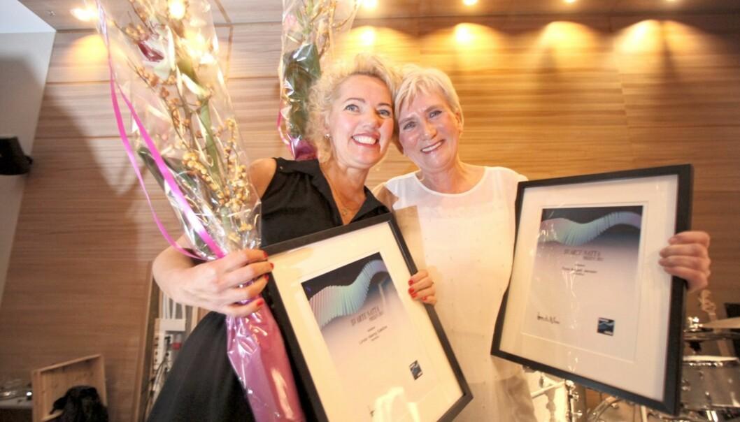 TOK PRISEN: Linda Vaeng Sæbbe (t.v) og Tone Angell Jensen (nå sjefredaktør i Fremover) sikret Nordlys Svarte natta-prisen for dekningen av Troms Kraft-skandalen. Foto: Ragnar Bøifot/Fremover
