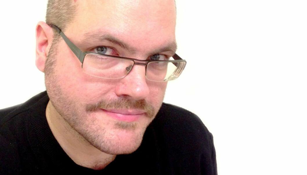 Gunnar Tjomlid deler ut bloggdask til journalister og sender dem i skammekroken.