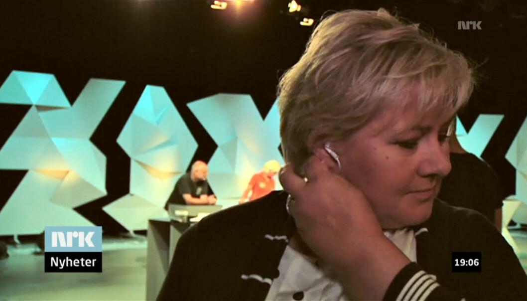 AVSLUTTET: Høyre-leder Erna Solberg trakk ut ørepluggene da hun mente intervjuet med NRK-reporter Peter Svaar var ferdig. Foto: NRK/nrk.no