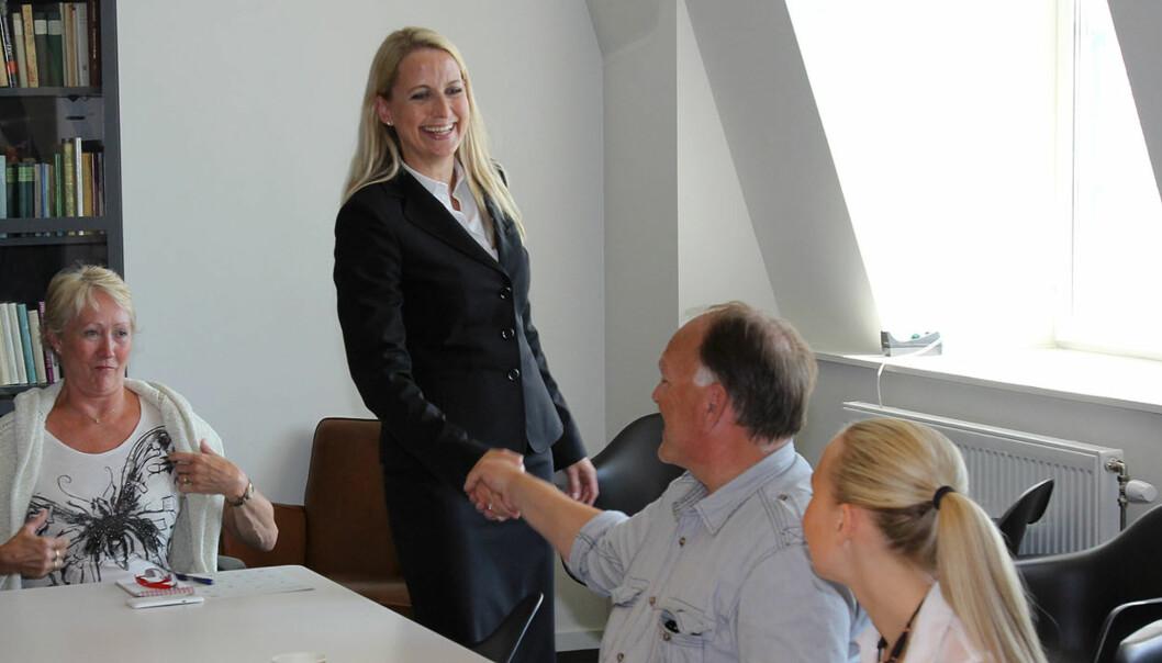 Styrelder Anne Lise Meyer ønsker innflytelse på Dagens Næringsliv. Her hilser hun på Dagblad-journalist Rolf Fiske før generalforsamlingen som vedtok endelig salg av avisen. Foto: Glenn Slydal Johansen