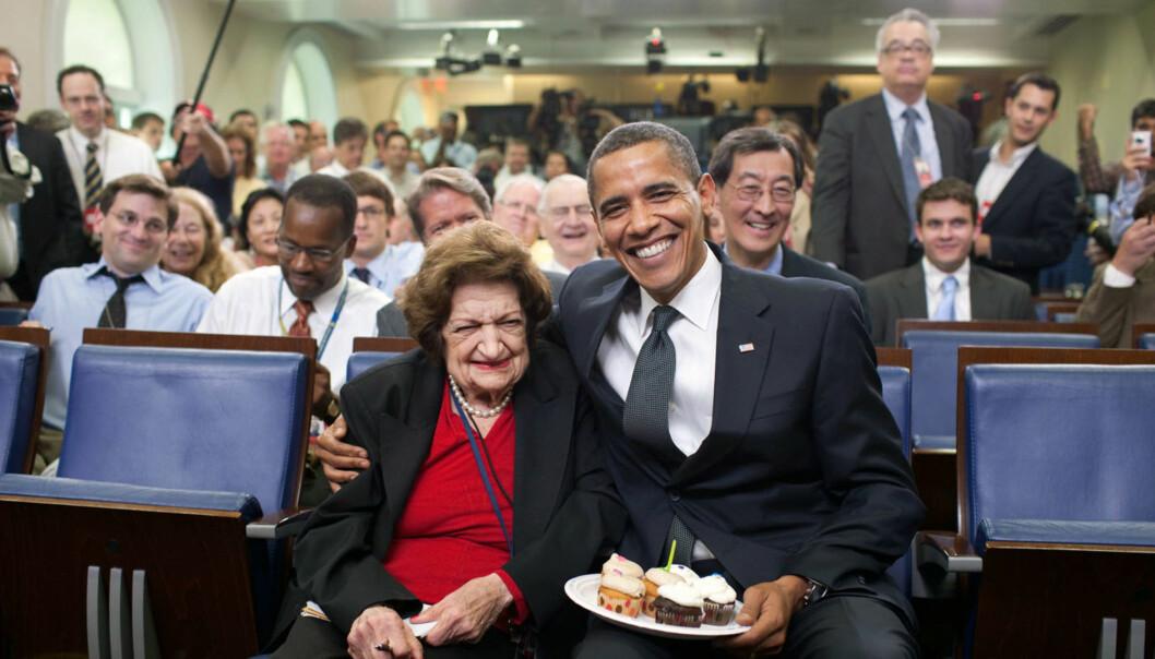 I 2009 overrasket president Barack Obama Helen Thomas med kake på hennes 89-årsdag. Foto: Pete Souza/Det hvite hus