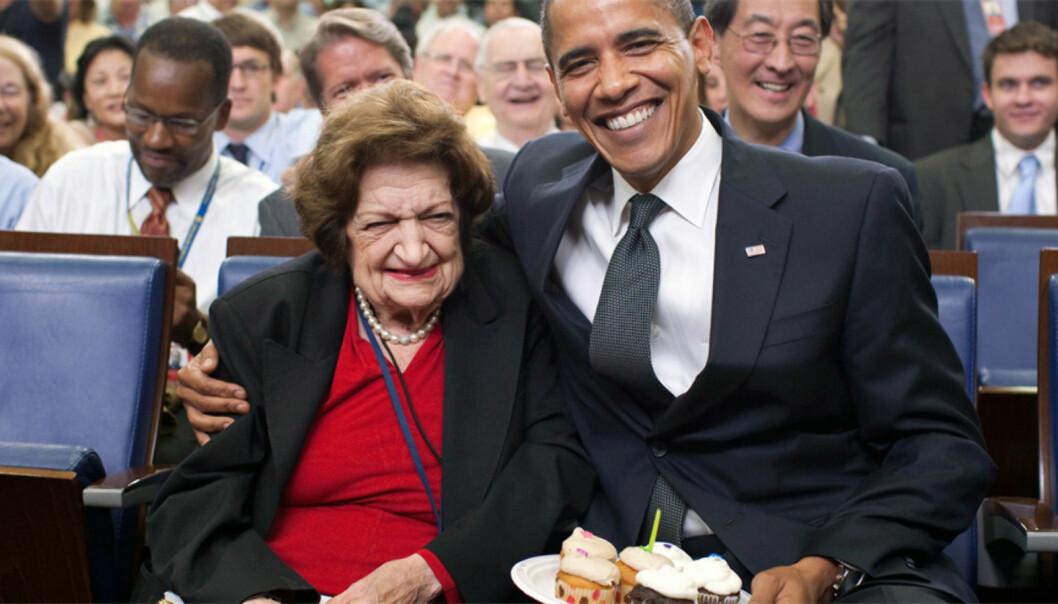 Helen Thomas på sin bursdag i 2009, som også er samme dato president Obama har fødselsdag. Foto: Pete Souza/White House via Wikimedia Commons