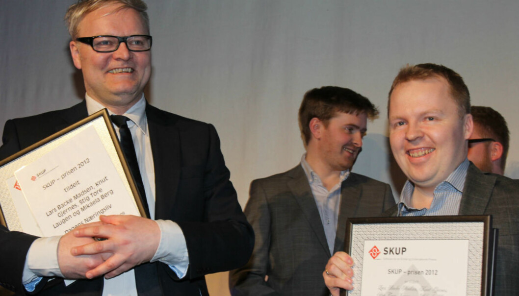 DN-journalistene Lars Backe Madsen (t.v.) og Stig Tore Laugen tok i mot prisen som også Knut Gjernes og Mikaela Berg er tildelt Skup-prisen for. Foto: Glenn Slydal Johansen