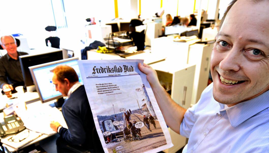 Nyhetsredaktøren med spesialutgaven av avisen. Foto: Fredriksstad Blad