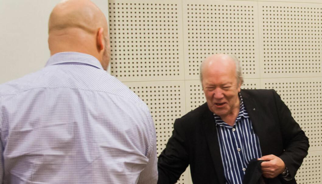 Nils Øy hilser på Erik Schjenken. Foto:Kathrine Geard