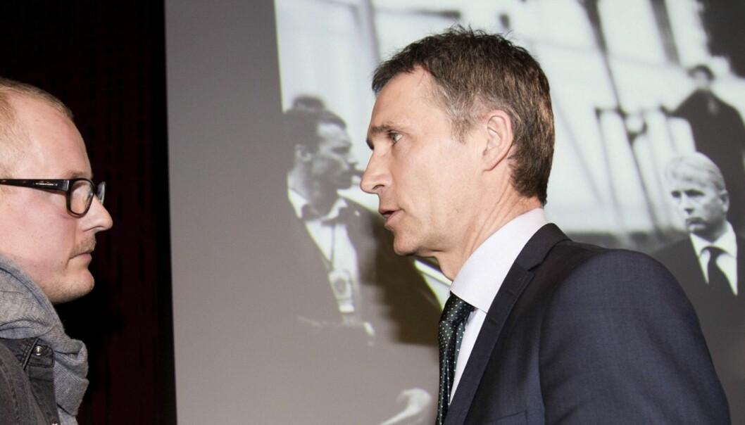 VANT I FJOR: Fotograf Tommy Ellingsen (frilanser) og statsminister Jens Stoltenberg foran Årets Bilde 2011. Foto: Kathrine Geard