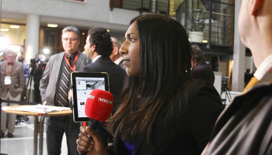 VGTVs reporter Siri Nilminie Avlesen rapporterer direkte fra tinghuset. Foto: Kathrine Geard