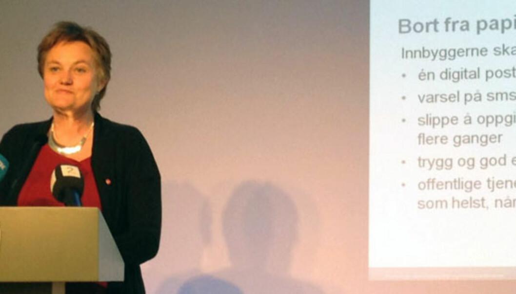Fornyingsminister Rigmor Aasrud vil utrede om konkurskunngjøringer skal bort fra papiraviser. Mobilfoto: Glenn Slydal Johansen