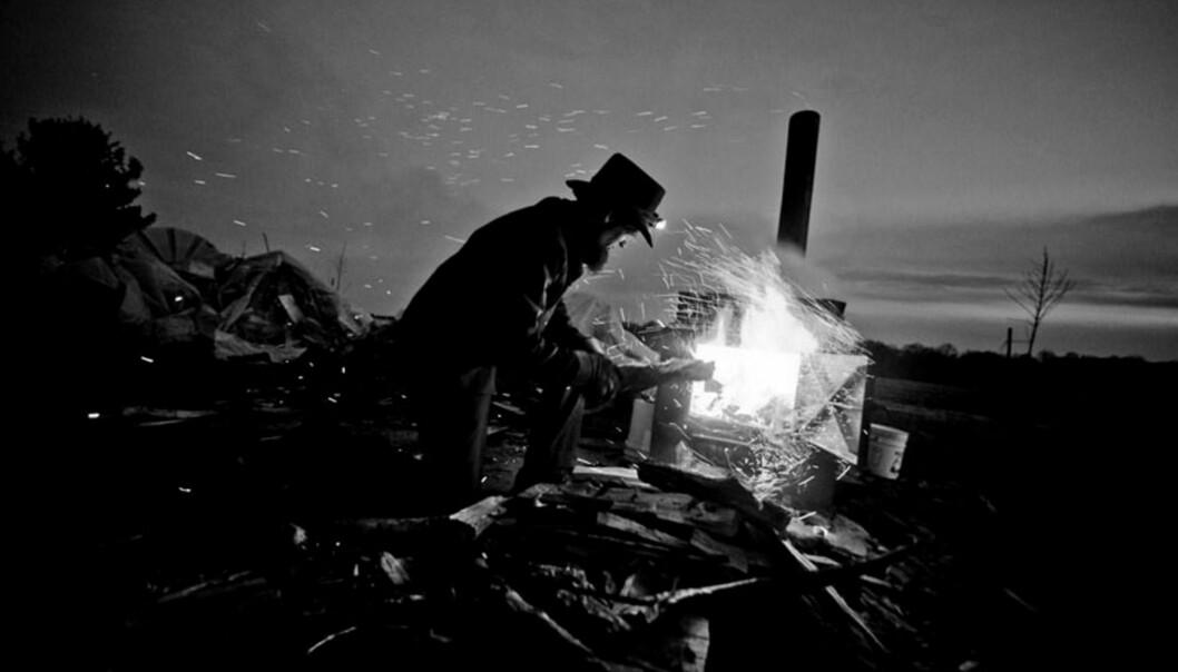 John Mast lager lønnesirup i en hjemmelaget ovn på gården. Foto: Stein Jarle Bjørge