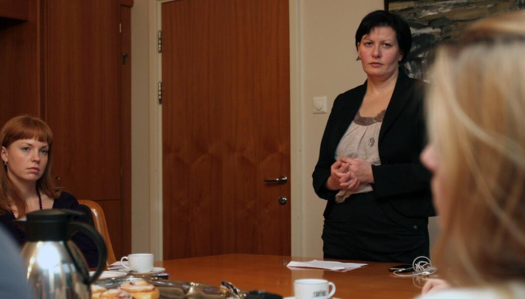 Den russiske TV-journalisten Yulia Novikova (t.v.) og Aps nestleder Helga Pedersen på Stortinget. Foto: Glenn Slydal Johansen