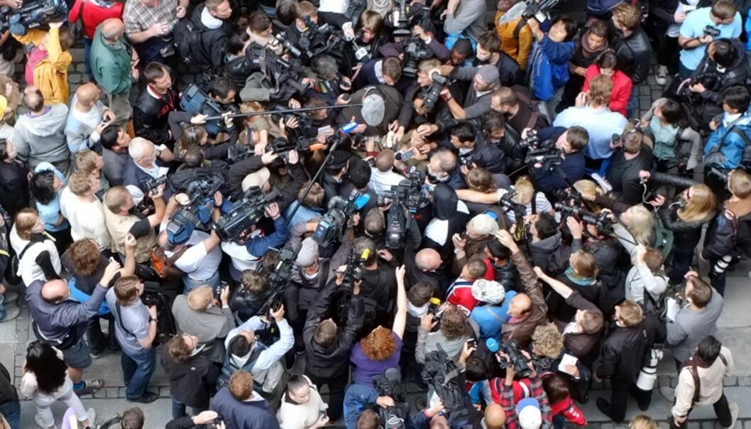 Journalistene intervjuer en stakkar som har luftet sin frustrasjon mens de venter på at Anders Bering Breivik skal ankomme det første fengslingsmøtet. Foto: Jo Christian Oterhals
