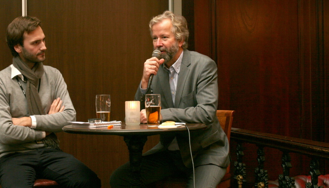 Aftenposten-journalist Lars Sunnanå intervjuet styrelder Ole Jacob Sunde i Schibsted på et møte i redaksjonsklubben i Aftenposten. Foto: Glenn Johansen