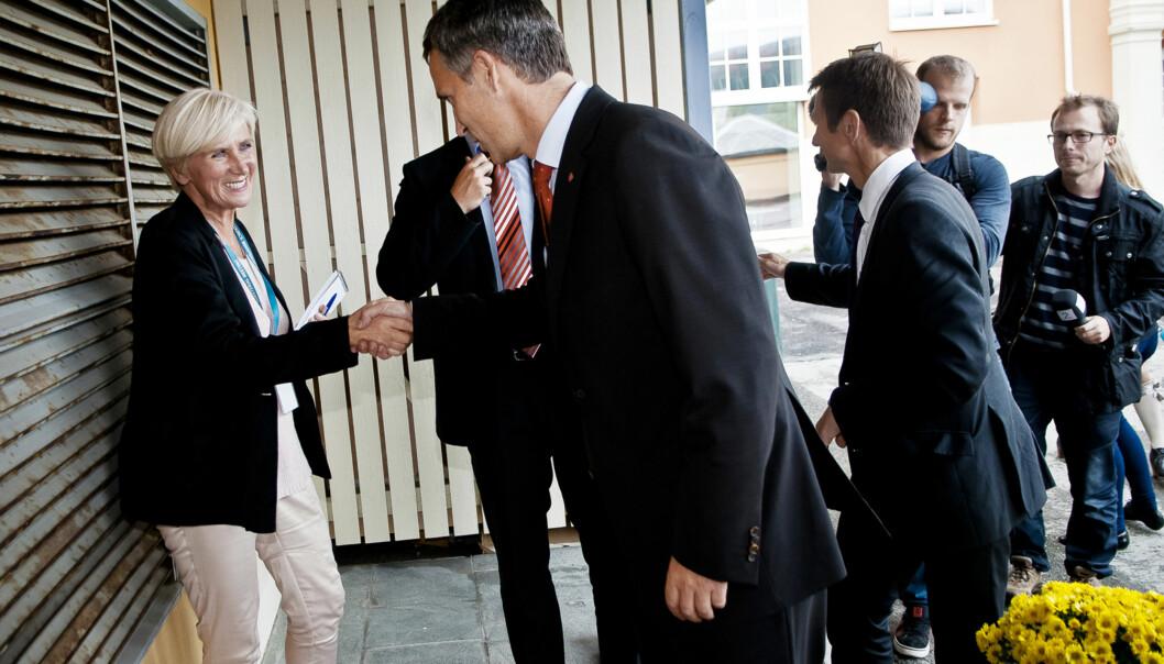 Tone Jensen er journalist i Nordlys og dekker valgkampen i Tromsø. Her er statsminister Jens Stoltenberg i byen. Stoltenberg takker for sist og rister hånd med Tone Jensen. Foto: Lars Åke Andersen