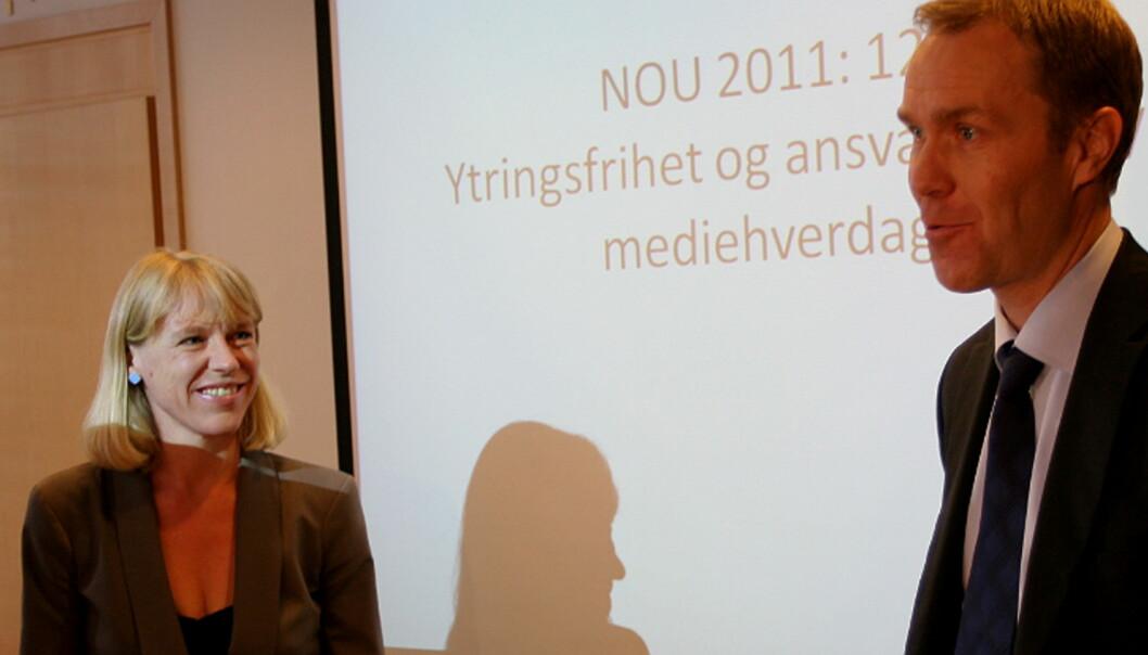 Anniken Huitfeldt mottar utredningen fra Medieansvarsutvalgets leder Helge Olav Bergan. Foto: Glenn Slydal Johansen