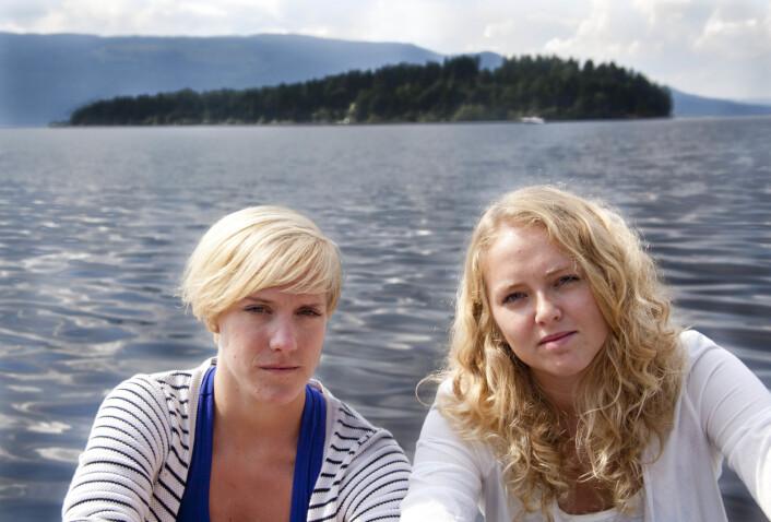 Karoline Aursland og Margrethe Håland Solheim i Ringerikes Blad, fotografert ved Utøya til et intervju i Journalisten august 2011.